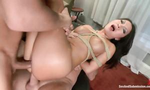 Deux mecs sodomisent une Japonaise en bondage