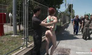 La pute se fait humilier et démonter dans la rue