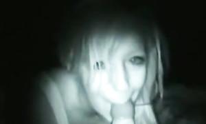 Une étudiante suce devant la caméra en pleine nuit
