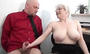 Femme à grosse poitrine branle à son collègue