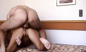 La sublime blonde bronzée adore la sodomie