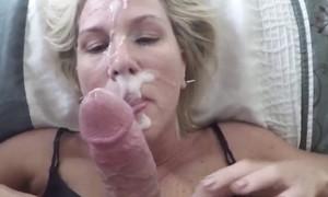 Milf blondasse arrosée de sperme plein le visage