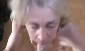 Une superbe vieille fait un strip-tease et suce une bite