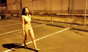 Une superbe Chinoise nue se promène dans la rue