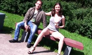 Une perverse érotomane russe se dénude en public