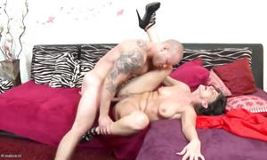 Une vieille meuf folle de sexe baisée par un gigolo