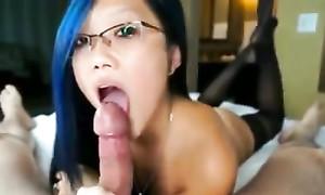 Jolie prostituée thaïlandaise me fait la pipe pour argent