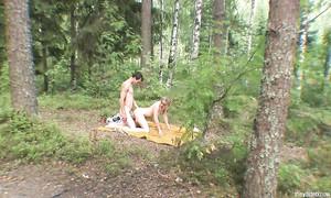 Jeunes amoureux s'envoient en l'air dans les bois sur le sol