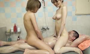 Masseuses japonaises sucent la bite dans la salle de bain