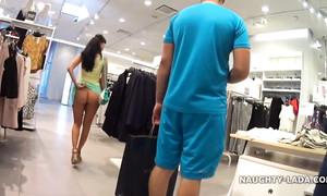 J'espionne une jeune fille en jupe courte et sans culottes