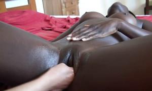 Jeune lesbienne blanche fourre un fist dans le vagin noir
