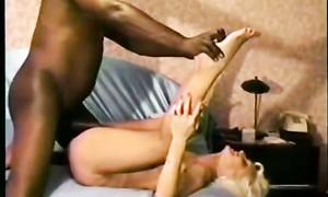 Un africain éjacule dans le cul d'une superbe maman