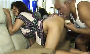 Vieux Cambodgien s'aide avec un gode durant le sexe