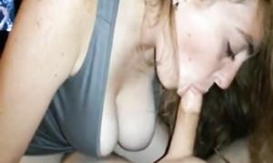 Jeune rousse mignonne saisit la bite par sa bouche baveuse