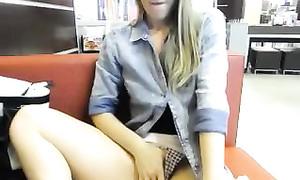 Masturbation publique d'une blonde dans un café