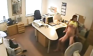 Caméra espion : agent de sécurité ramone une secrétaire à poitrail