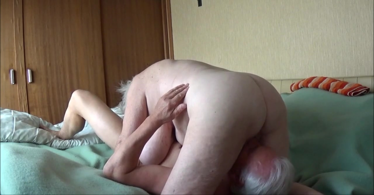 Fille se masturber dans la salle de bain avec un gros sextoy - 1 part 2