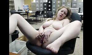 Nana ronde reste au bureau et se branle après le travail