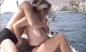 Femme milf en cloque s'éclate avec son jeune amant sur un voilier