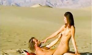 Sexe sauvage des voyageurs dans un désert solitaire