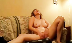 Une amatrice mature se branle solo devant webcam