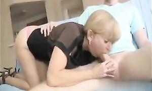 Vidéo du candaulisme : la femme fait la pipe à l'amant