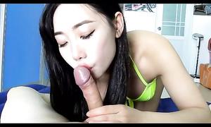 Japonaise chic se prend dans la bouche la bite russe
