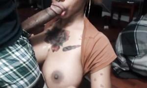 Blackette à gros nibards suce une bite longue