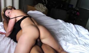 Femme musclée foutue par un keum noir