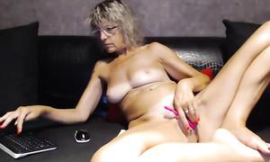 Maman frisée se caresse la vulve en webcam