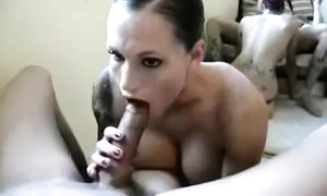 Elle me lèche l'anus et suce ma queue avant la baise