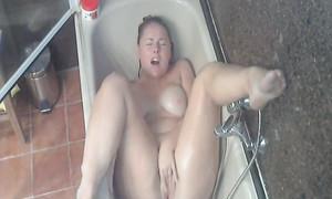 Mari espionne la masturbation de la femme avec la cam cachée