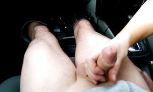 Excitée au volant, elle avale la bite dans la voiture