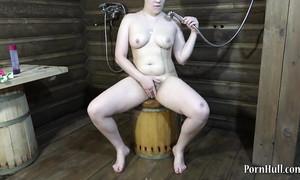 Grosse meuf russe se masturbe et fait pipi au sauna