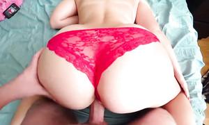 Femme à gros cul est niquée en culottes