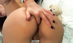 Débutante sexy se doigte le cul devant la webcam