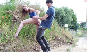Sexe rapide sur la route pour un jeune couple russe