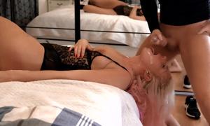 Baise violente et baveuse dans la gorge d'une blonde qui avale le sperme