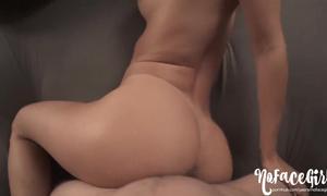 Femme nue en levrette porno HD passionné
