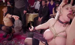 Orgie BDSM les putes en bondage avalent les bites