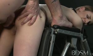 Sexe BDSM anal pour une belle meuf aux gros seins