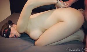 Salope ligotée en menottes est sauvagement niquée sexe BDSM