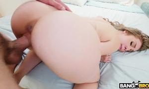 Jolie blondasse à grosse poitrine kif sur la bite et gémit