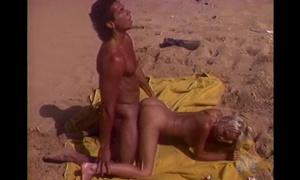 Macho bronzé baise sur la plage une belle blonde porno vintage